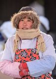 Övervintra den klädda kvinnliga försäljaren på en marknad, Peking, Kina Arkivfoto