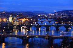 Övervintra den Prague staden med dess broar ovanför floden Vltava efter solnedgången, Tjeckien Royaltyfri Fotografi