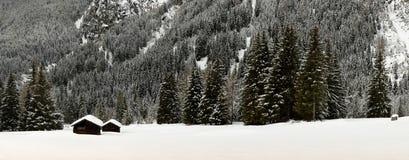 Övervintra den sceniska sikten av alpina kojor och skogen i fjällängarna nära Antholz sjön, italienska fjällängar, södra Tirol Arkivfoton