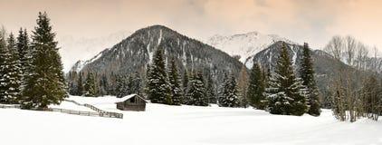 Övervintra den sceniska sikten av alpina kojor och skogen i fjällängarna nära Antholz sjön, italienska fjällängar, södra Tirol Royaltyfri Foto