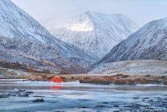 Övervintra eller den sena nedgången i berg, ensamt campa och en flod Royaltyfri Fotografi