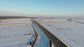 Övervintra fältet mycket av snö, sikt från surret lager videofilmer
