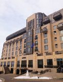 Övervintra fasaden av Edgewateren, hotellsemesterort i i stadens centrum Madison, Wisconsin Fotografering för Bildbyråer