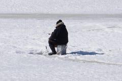 Övervintra fiskefloden, sjön nära skog i is Sportfiskare Fishermens under din favorit- fritid Med stället för text för squ arkivfoto