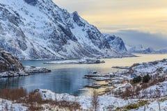 Övervintra fjorden på solnedgången, Lofoten, Norge Arkivfoton
