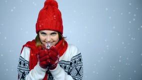 Övervintra flickan i rött värme den stack hållande kopp te för hatten och för halsduken stock video
