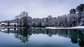 Övervintra flodplatsen över floden Arve i Genève Schweiz arkivfoton