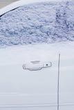 Övervintra frysa bilfönstret, fryst medel i snön Royaltyfri Bild