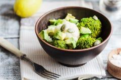 Övervintra grönsaksallad med broccoli, blomkålen, avokadon, pum arkivfoto