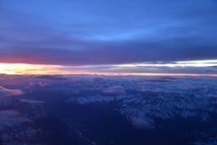 Övervintra gryning på det alpina området under snö Royaltyfri Bild