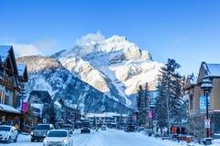 Övervintra i Banff Townsite i de kanadensiska steniga bergen, Kanada Royaltyfri Fotografi