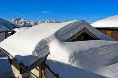 Övervintra i en bergby i de schweiziska fjällängarna arkivfoto