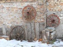 Övervintra i gården av det lantliga huset Arkivbilder