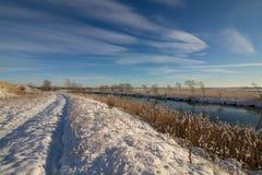 Övervintra i Norge, snö, floden, vägen, blå himmel Arkivbilder
