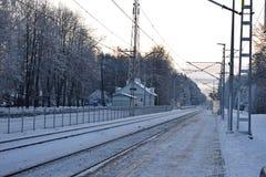 Övervintra järnvägsstationen i en liten by av Lettland Royaltyfri Fotografi