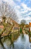 Övervintra kanaler av Brugge (Bruges), sikt från Mariastraat Royaltyfria Foton