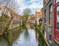 Övervintra kanaler av Brugge (Bruges), sikt från Mariastraat Fotografering för Bildbyråer