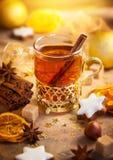 Övervintra kryddat te, pepparkakastjärnor och julkryddor Royaltyfria Bilder