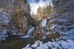 Övervintra landskapet av den Popina Laka vattenfallet nära staden av Sandanski, det Pirin berget, Bulgarien royaltyfria bilder