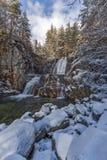 Övervintra landskapet av den Popina Laka vattenfallet nära staden av Sandanski, det Pirin berget, Bulgarien royaltyfria foton