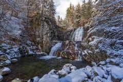 Övervintra landskapet av den Popina Laka vattenfallet nära staden av Sandanski, det Pirin berget, Bulgarien royaltyfri fotografi