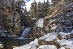 Övervintra landskapet av den Popina Laka vattenfallet nära staden av Sandanski, det Pirin berget, Bulgarien fotografering för bildbyråer