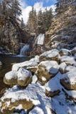 Övervintra landskapet av den Popina Laka vattenfallet nära staden av Sandanski, det Pirin berget, Bulgarien royaltyfri bild