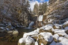 Övervintra landskapet av den Popina Laka vattenfallet nära staden av Sandanski, det Pirin berget, Bulgarien arkivbilder