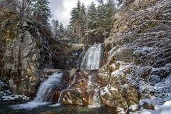 Övervintra landskapet av den Popina Laka vattenfallet nära staden av Sandanski, det Pirin berget, Bulgarien arkivbild