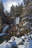Övervintra landskapet av den Popina Laka vattenfallet nära staden av Sandanski, det Pirin berget, Bulgarien arkivfoto