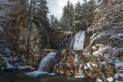 Övervintra landskapet av den Popina Laka vattenfallet nära staden av Sandanski, det Pirin berget, Bulgarien arkivfoton