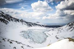 Övervintra landskapet av det djupfrysta mountainddammet, sienicowy Czarny stawgÄ…, Tatry berg Härlig solig dag som är horisontal Royaltyfri Fotografi