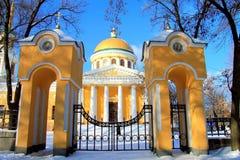 Övervintra landskapet av Dnepropetrovsk, Ukraina, Peter och Paul Cathedral i mitten av den Dnepr staden Arkivfoton