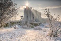 Övervintra landskapet av frostiga träd, den vita insnöade staden parkerar räknade snowtrees Arkivbild