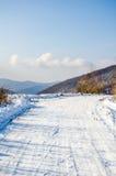 Övervintra landskapet, blasten av de Carpathian bergen under cov Royaltyfri Fotografi