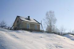 Övervintra landskapet ett litet lantbrukarhem på kullen Arkivfoton