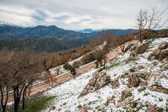 Övervintra landskapet i bergen nära Vassa, Grekland royaltyfri fotografi