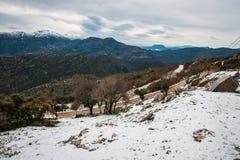 Övervintra landskapet i bergen nära Vassa, Grekland royaltyfri foto