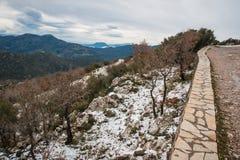 Övervintra landskapet i bergen nära Vassa, Grekland arkivfoton