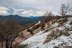 Övervintra landskapet i bergen nära Vassa, Grekland fotografering för bildbyråer