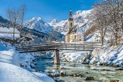 Övervintra landskapet i de bayerska fjällängarna med kyrkan, Ramsau, Tyskland Royaltyfri Foto