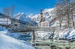 Övervintra landskapet i de bayerska fjällängarna med kyrkan, Ramsau, Tyskland Royaltyfria Foton