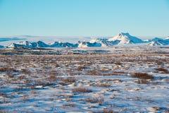 Övervintra landskapet med bergskedja nära Langjokull, Island Arkivbild