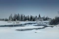 Övervintra landskapet med den tinade upp floden i ryss Lapland, Kola Peninsula fotografering för bildbyråer