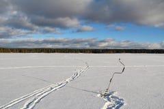 Övervintra landskapet med en drillborr för is på en djupfryst sjö i träna lies för fiskeis bara blockerade vinterzander Royaltyfria Foton