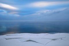 Övervintra landskapet med figurerade kvarter av snö, vatten och beautifu Fotografering för Bildbyråer