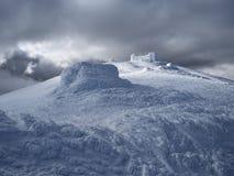 Övervintra landskapet med observatoriet i bergen Arkivbild
