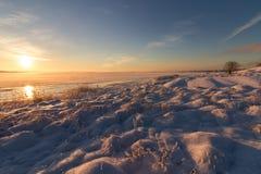Övervintra landskapet med snö, havet, havet, blå himmel, vägen, solsken, is Arkivbilder