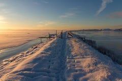 Övervintra landskapet med snö, havet, havet, blå himmel, vägen, solsken, is Arkivfoton