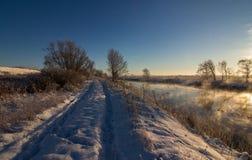Övervintra landskapet med snö, havet, havet, blå himmel, vägen, solsken, is Royaltyfri Bild